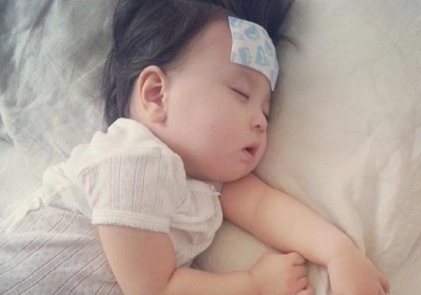 Hạ sốt cho trẻ và những sai lầm tai hại mẹ nên tránh