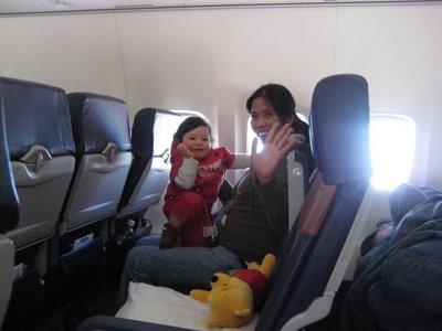 Bé đi máy bay: Kinh nghiệm khi cho bé đi du lịch bằng máy bay