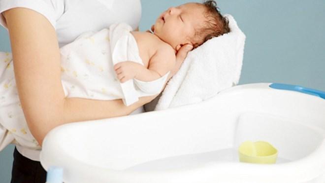Dùng sữa tắm cho trẻ sơ sinh, tưởng dễ mà không mẹ ơi!